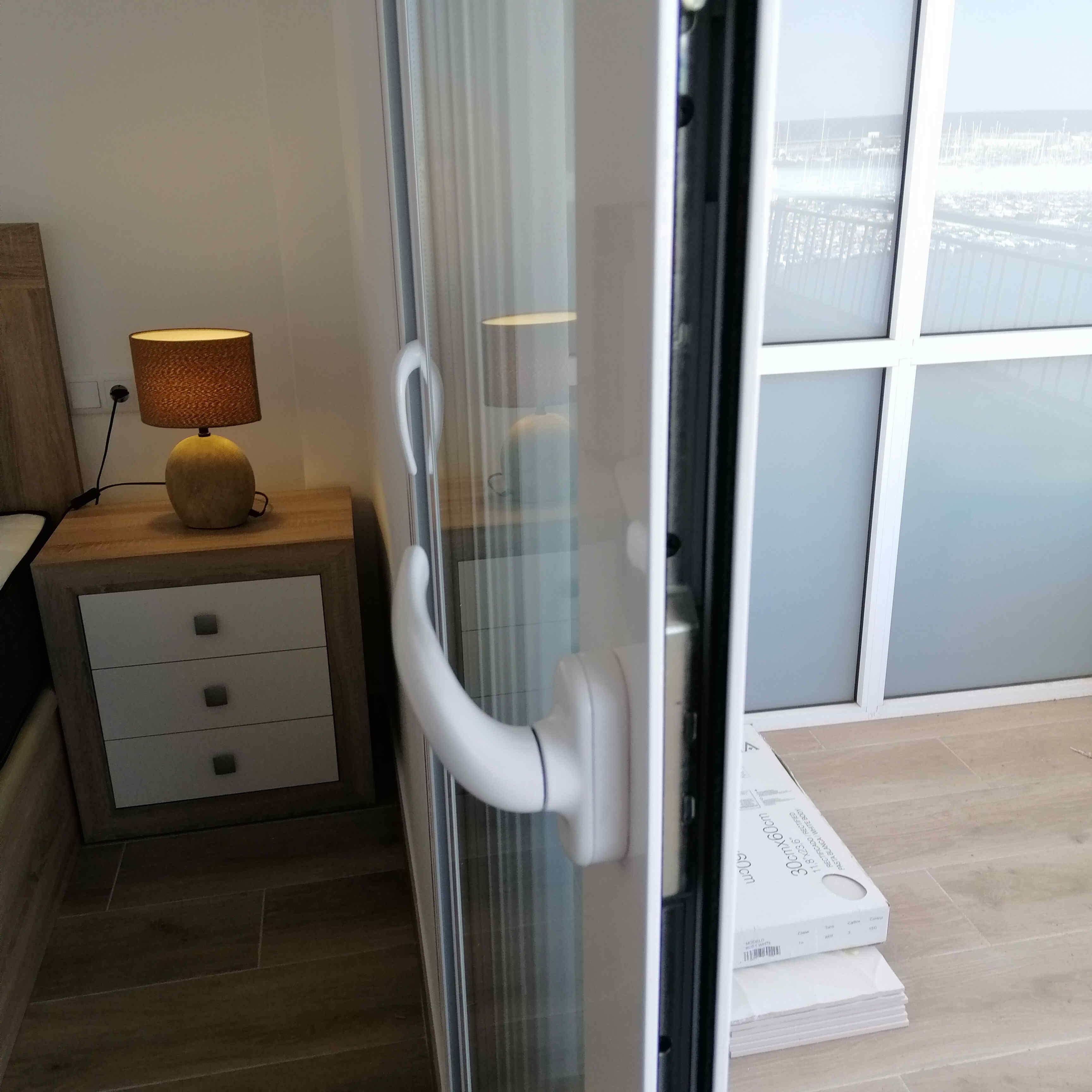 carpinteria-de-aluminio-blanco-manivela-puerta-rotura-de-puente-termico-torrevieja